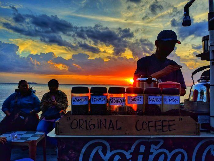 menikmati kopi saat senja di pinggir pantai 🌴 balikpapan Coffee Coffee Time Coffee - Drink Communication People Adults Only Adult Sunset Cloud - Sky