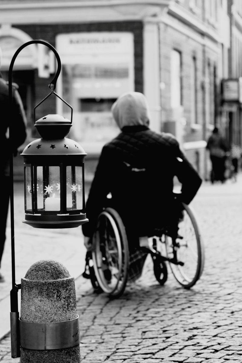 Rollstuhl Wheelchair Wheelchair Access People Paralysis Rollstuhlfahrer Blackandwhite Black And White Schwarzweiß Schwarz & Weiß Schwarzweißfotografie Black & White Blackandwhite Photography Street Streetphotography Straße Straßenfotografie Disability  Behindert Handicap Lantern Laterne Embrace Urban Life