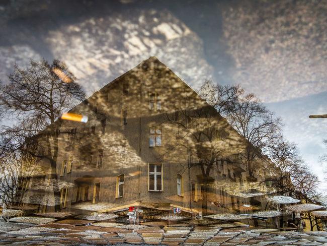 Die Welt steht Kopf in Berlin. Beberlin Berlin Ilovepuddles Outdoors Pfuetzenphotograph Pfuetzenphotographie Pfuetzenshot Pfütze Pfützenfotografie Pfützografie Puddlephotography Puddlepicture Puddlereflection Puddles RainPuddle Rainpuddles Reflexions Streetphotography Urbanphotography