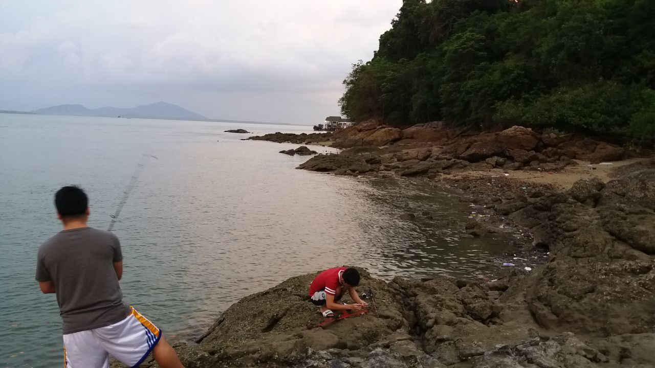 sea, real people, water, rear view, nature, two people, men, beach, lifestyles, scenics, leisure activity, sky, beauty in nature, day, standing, outdoors, togetherness, horizon over water, people
