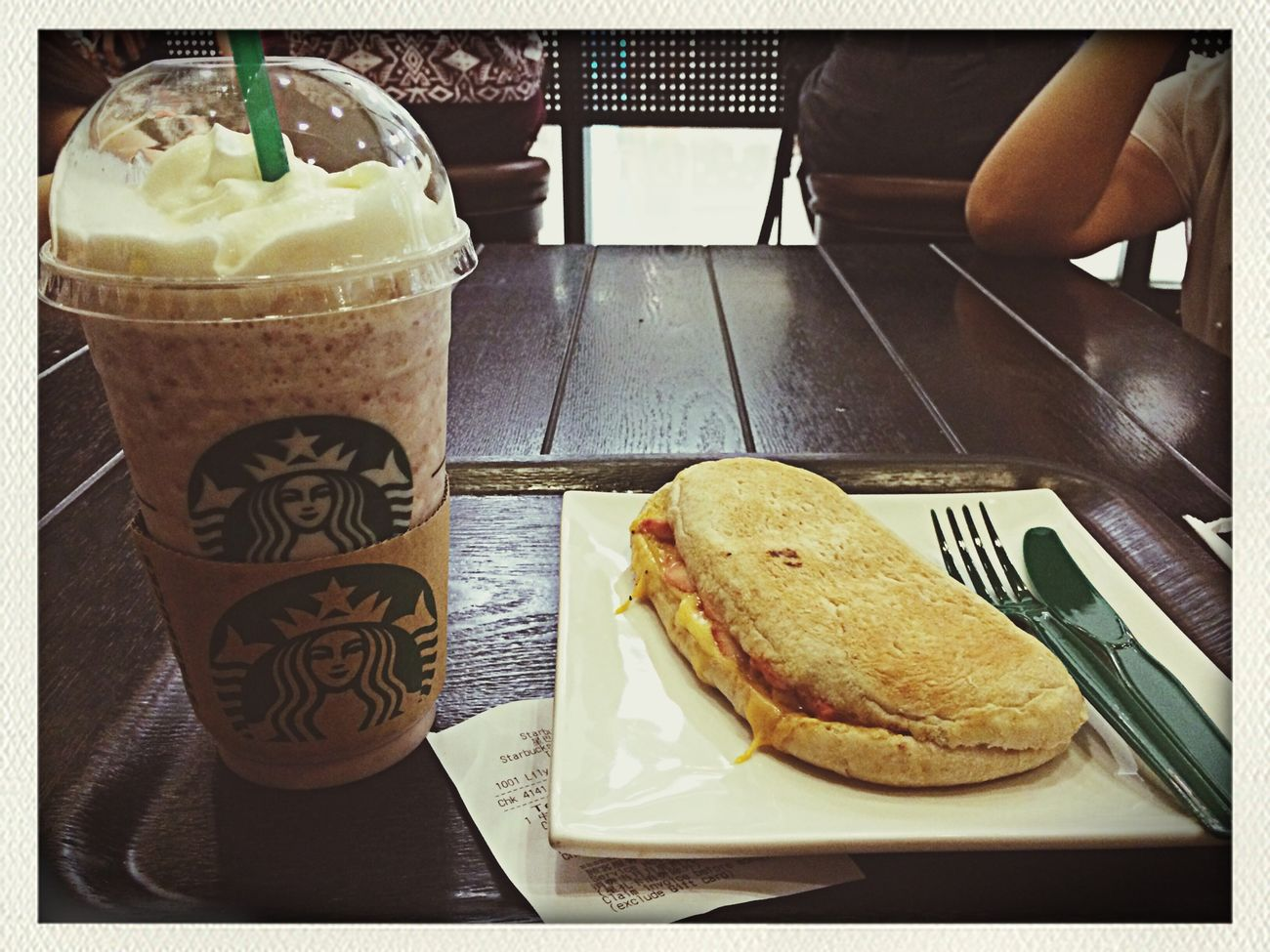 До чего-ж я обожаю Starbucks ? жаль, в Якутске его не будет ? обожаю сэндвич с курицей и сыром, и коктейль Redbeen ice *~*