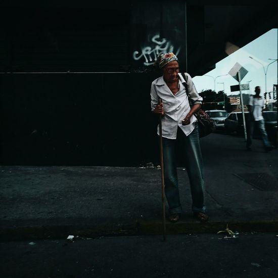 Señora mayor tratando de cruzar una calle en Valencia Young Adult One Person Street City City Life South America Venezuela Latin America Meizumx6 Citylife Barrio Avenida Abuela The Photojournalist - 2017 EyeEm Awards