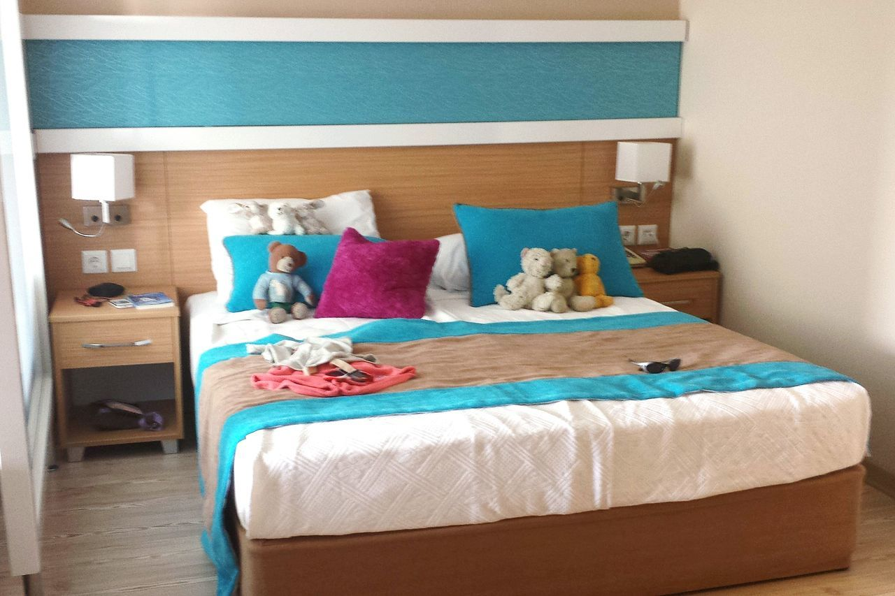 isn t that cute how the room service always decorated the bed of our grand children with their cuddly toys? ..... Interior Views Bed Decoration Trennwand Relaxing Turquoise Turquoise Brown Beige Bed Kuscheltiere Children's Bed Bed Room Hotel Life Beds Family Room Hotel Room Quality Time Q Teddy Bears Sun Glasses Enjoying Life Kids Toys Ladyphotographerofthemonth Cudley Toys Cudley Cushion Cuddlytoy Cuddle Buddies