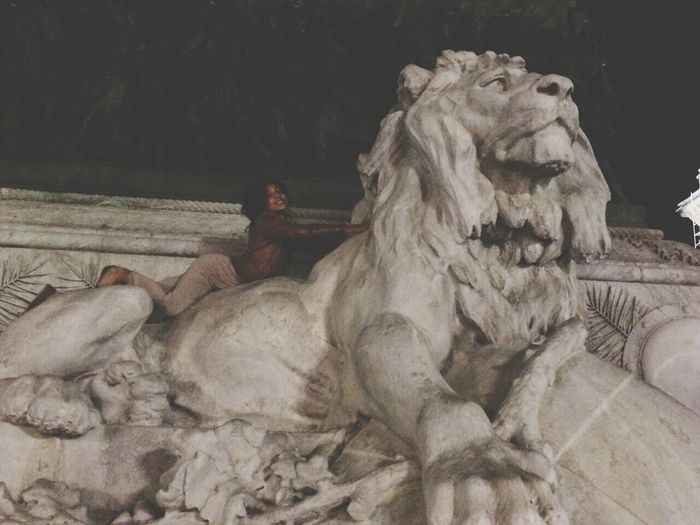 Mailand Milan,Italy Modeling Reckelneckel Relaxing Lionking Statue Stretch!