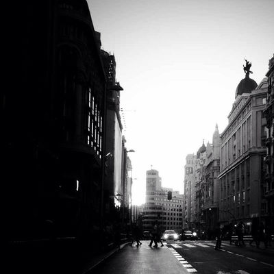 walking at gran via by Zentalau