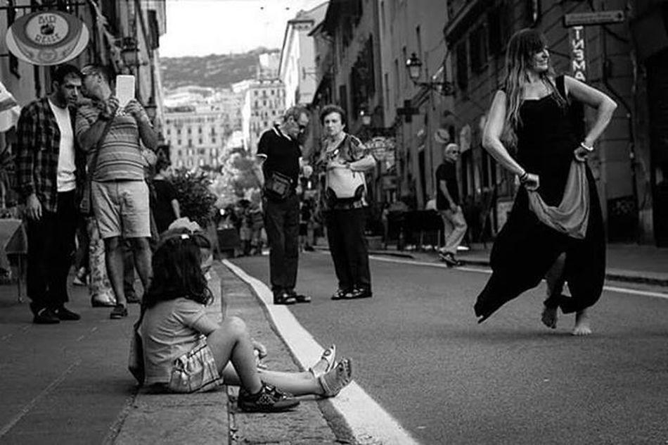 Little dance for everybody ! Lifeinshots Genova Genovatales Tarantella Streetartistry Dance Danza Love Peace Memoriesmade Memories Friends Friendsmade GoodTimes Goodtimeswithgoodpeople Followback Follow Followme Lik Like4like
