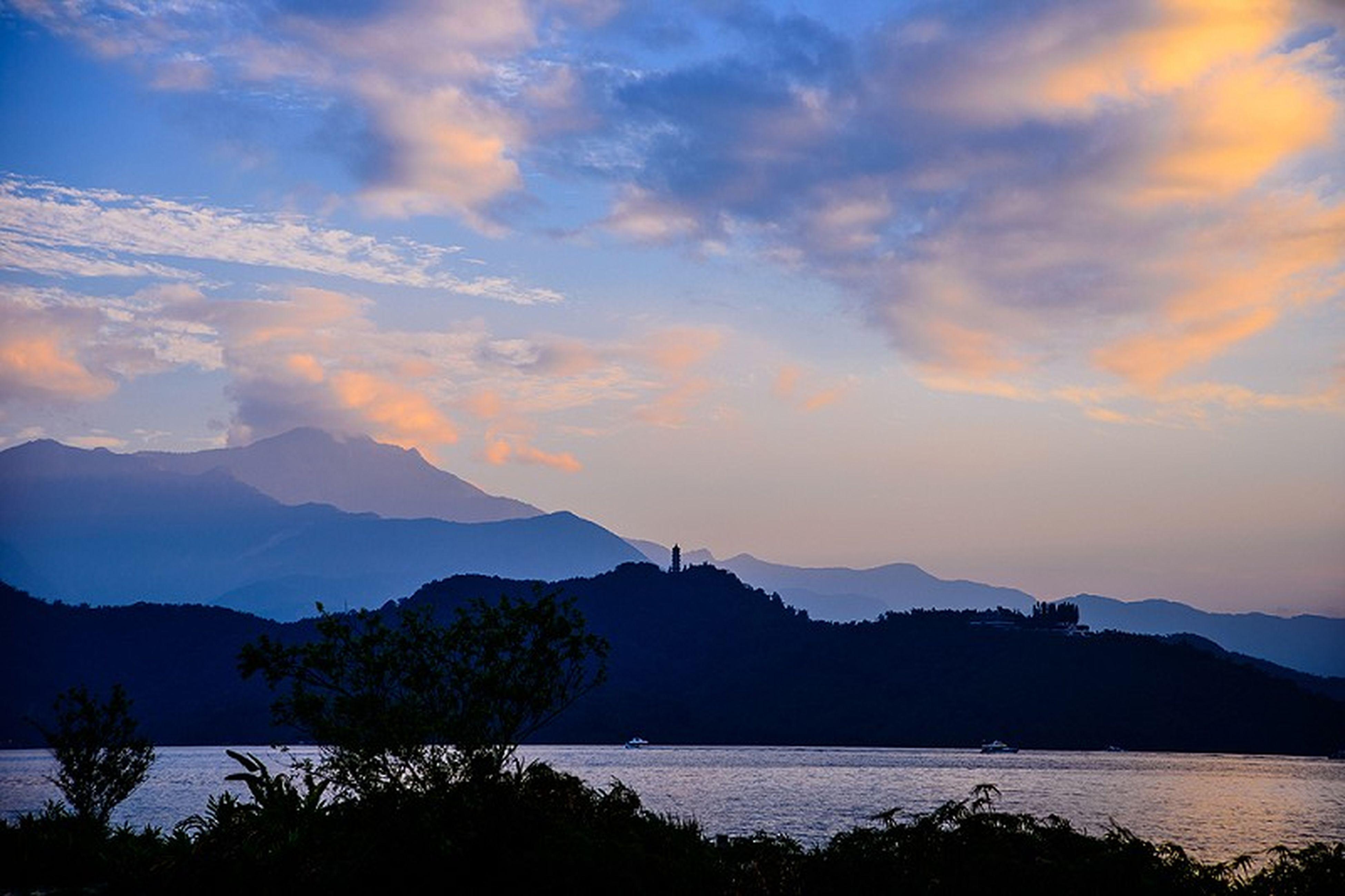 mountain, tranquil scene, scenics, tranquility, beauty in nature, silhouette, sunset, mountain range, water, sky, lake, nature, idyllic, cloud - sky, cloud, non-urban scene, dusk, majestic, landscape, reflection