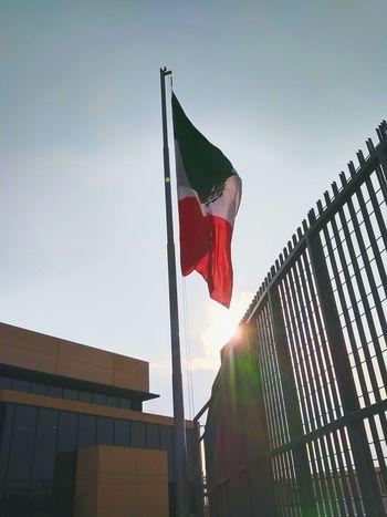 El despertar de la bandera Flag Rayosdesol Sun Sky No People Edificio Low Angle View Patriotism Red White Green