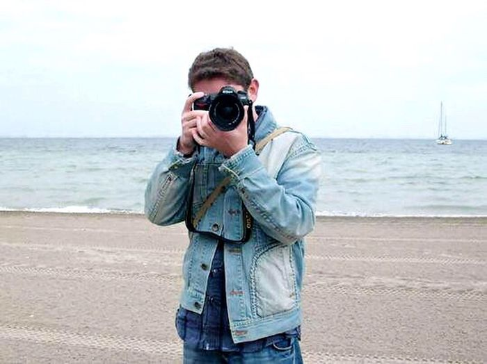 Sea Beach Standing Photography Themes Camera - Photographic Equipment Photographer Photographing Sand Horizon Over Water Water One Person One Man Only Men Leisure Activity Outdoors Nature Day Sky Adult Only Men Fotógrafo Portrait Fotografiar EyeEmNewHere MYSELFIE