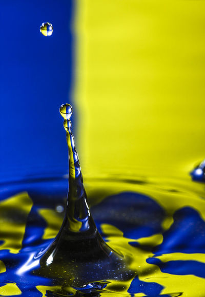 Water drop hitting the waters surface with the reflection of blue and yellow colours Abstract Backgrounds Beauty In Nature Blue Close-up Creative Falling Fragility Frezze  Liquid Motion Movement No People Physics Pure Purity Purity. Reflection Rippled Ripples Selective Focus Wallpaper Water Water Surface Yellow
