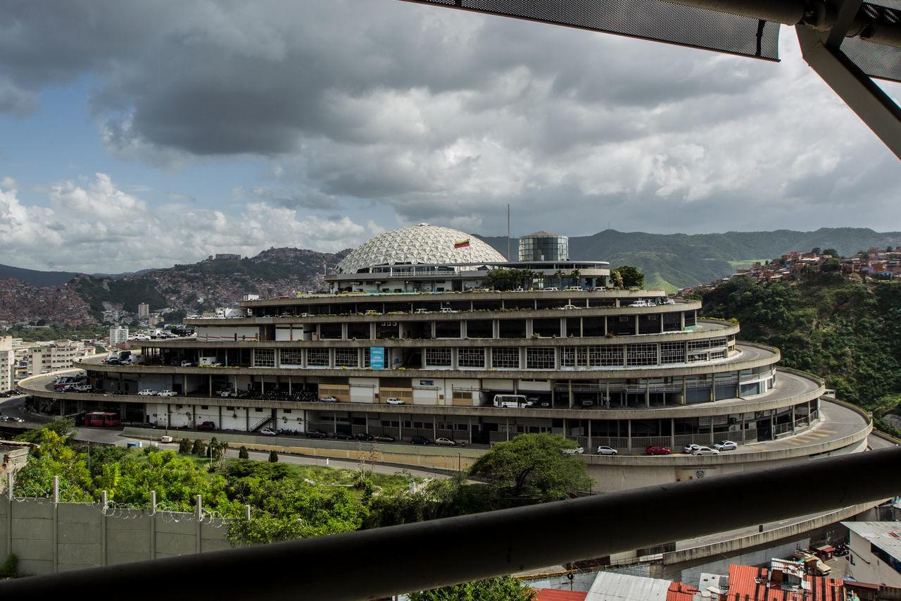 El Helicoide, fue una obra pensada como un centro comercial pero las obras pararon y luego fue tomada por el gobierno y allí se instauró el SEBIN (Servicio Bolivariano de Inteligencia Nacional). Building Construction Helicoide The Architect - 2017 EyeEm Awards