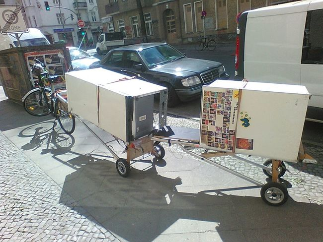 Relaxing heavy loads by Sustainablesolutions with a Simpel tandemin Berlin Think Twice Urban Life Urban Transportation Urban Trash Transport Innovation Urban Solutions Invention Creativity