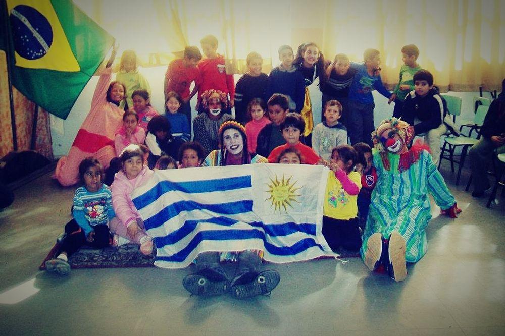 Dandole alegria a los niños d e Brasil! Humanidad Cariño Infacia Amor