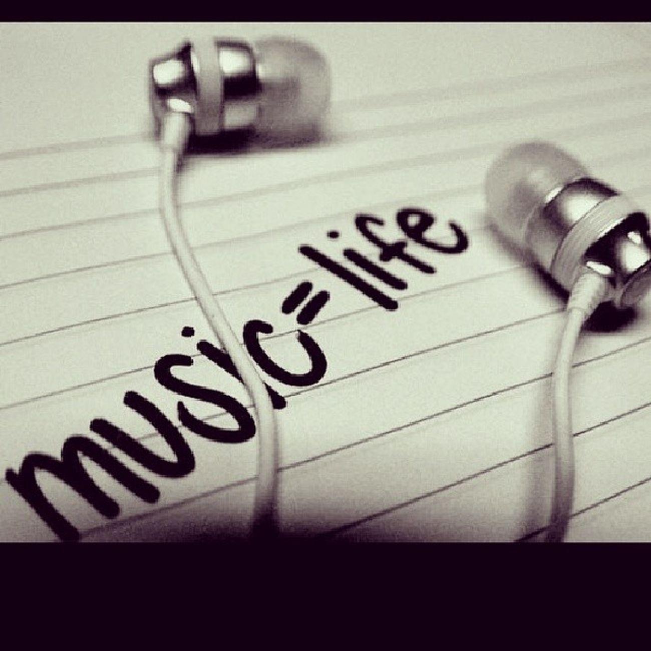 Bazen  Unutmak Gerekir Yaşananları pişman olursun sölediğin için sevdiğini söyleyememek sen o zannederken sensindir düşündüğü bazen çok çaresiz kalırsın işte o an müzikler anlar ruhunu