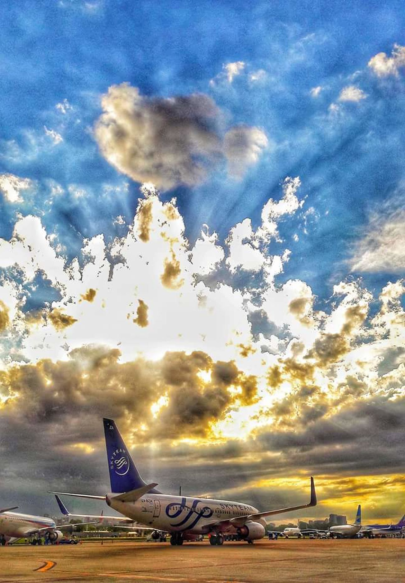 16 de febrero / 17.59hs Airport AirPlane ✈ Boeing737-700 Aerolineas Argentinas Skyteam Aircraft AEP Aeroparque Letsgo LVBZA Sunset Sun Clouds Skylovers Sky Nature Beautiful Nature NaturalBeauty Photography Landscape Photoshoot Photographer Darobarreda