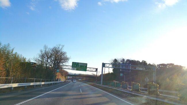 おはようございます。昨日は無事午後10時頃帰宅しました。今朝は横浜に向け、東名高速を走っています。雪がないって安心です。お天気も良さそうだし、元気に頑張りますね。皆さんも頑張って! お仕事 Hello World おはよう 青空 Blue Sky