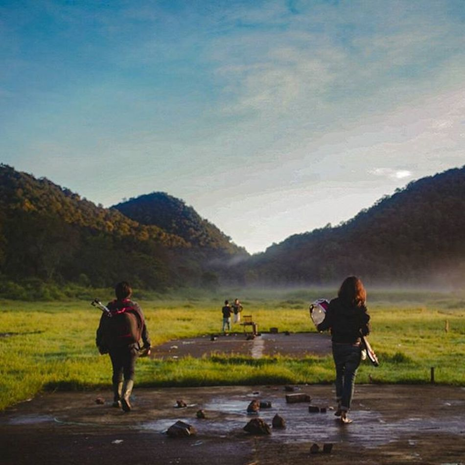 Foto ala2 brothers in arms hahaha . . . . . Bromance Band Musician Landscape Bluesky Mountains Sunshine Longshot Clouds Classy Behindthescene BTS AdobeLightroom Sonyalpha Sonyalpha_id A7s Zeiss Carlszeiss Nature Mothernature