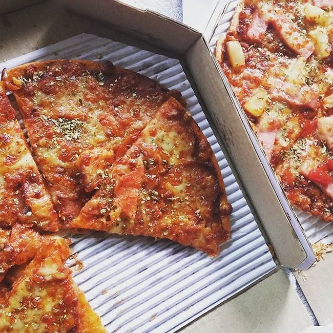 Dominospizza with Pepporonitopping and Hawaiian 😂🌿🍕🍗🍹