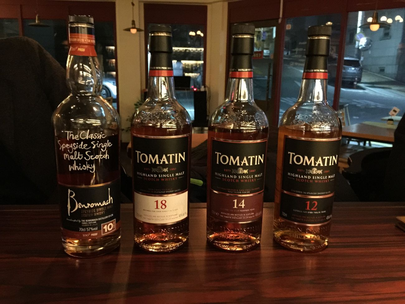 왼쪽부터 벤로막 10년 100프루프, 토마틴 18년 14년 12년 From left, Benromach 10years 100 proof, Tomatin 18, 14, and 12. Whiskey Single Malt Bar Liquor Bottle Benromach Tomatin