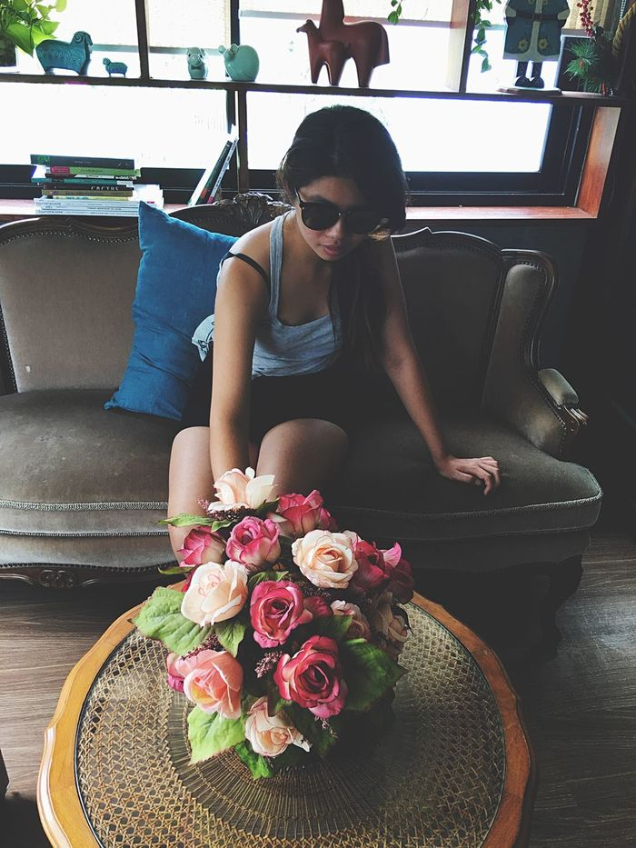 Sitting One Person Sunglasses Young Adult Indoors  Real People Flower Beautiful Woman Table Young Women Women Lifestyles Day Full Length Eyeglasses  Freshness Adult Adults Only People Sommergefühle