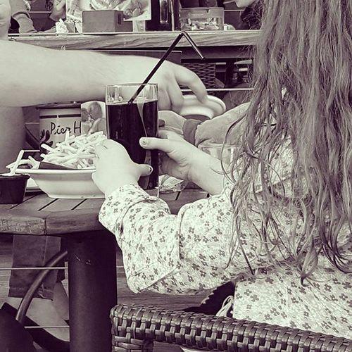 / Bei einem wundervollen Abend am Hafen bleiben die Augen trotzdem offen für wunderbare Szenerien. Dieses kleine Mädchen war so unglaublich süss mit ihren Riesenpommes.😊😍Zucker! @pia_casso @gracepixiedust Münster Hafen Fotografieliebe Schönerabend Vielquatscherzählt Somussdas Wochenendeinläuten