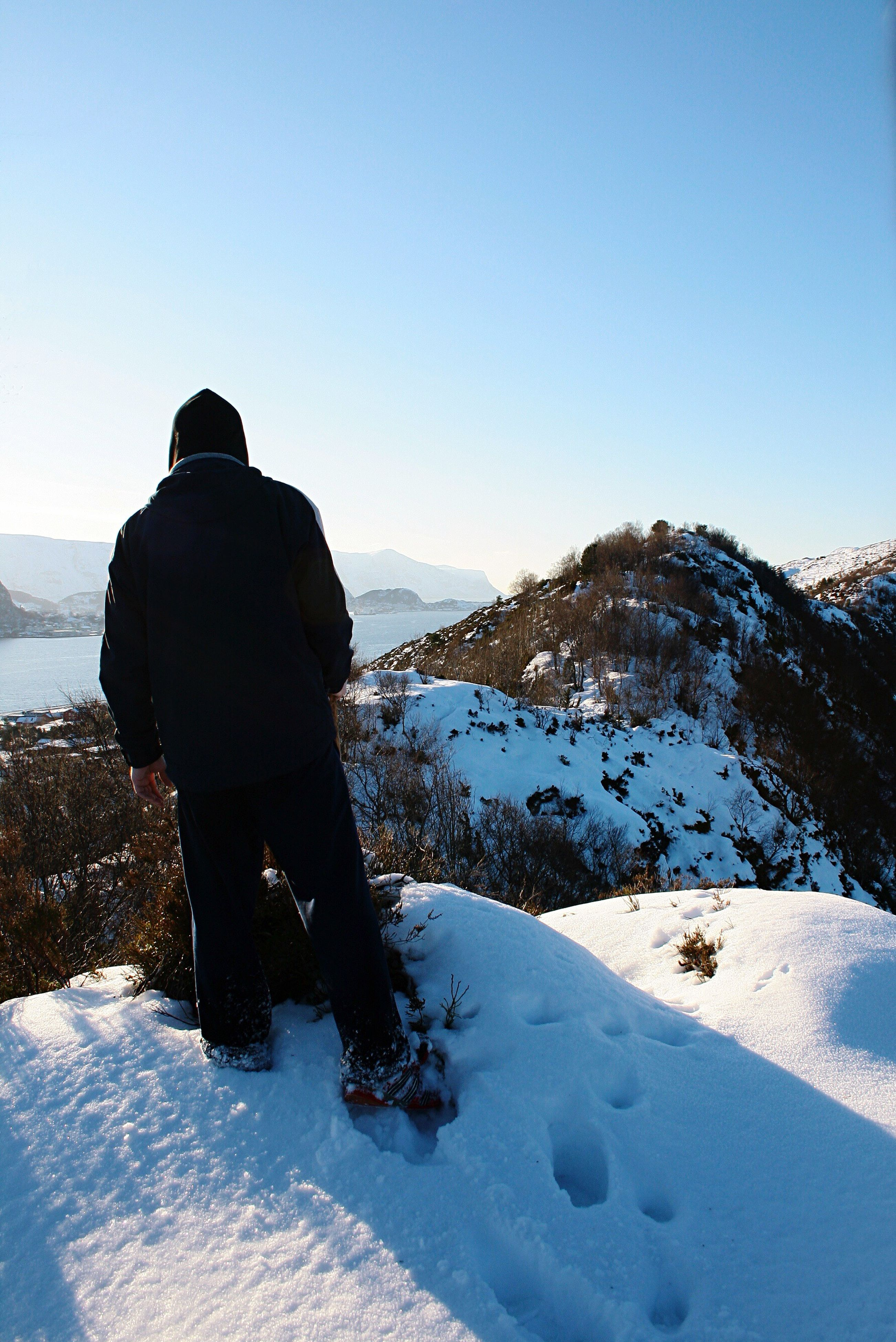 one person, winter, rear view, snow, clear sky, one man only, nature, cold temperature, people, outdoors, day, real people, only men, landscape, beauty in nature, adults only, sky, warm clothing, adult