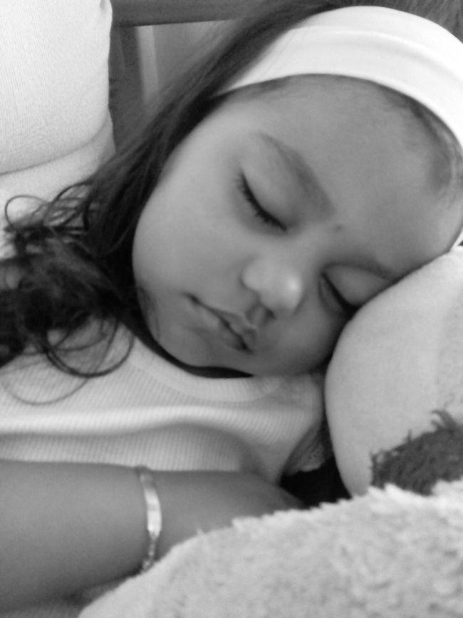 Finalmente após uma madrugada no hospital, um dia inteiro de birras atras de birras, ela adormeceu um bocadinho..❤ NoinhaLindaEBirrentaDaMamã 😰