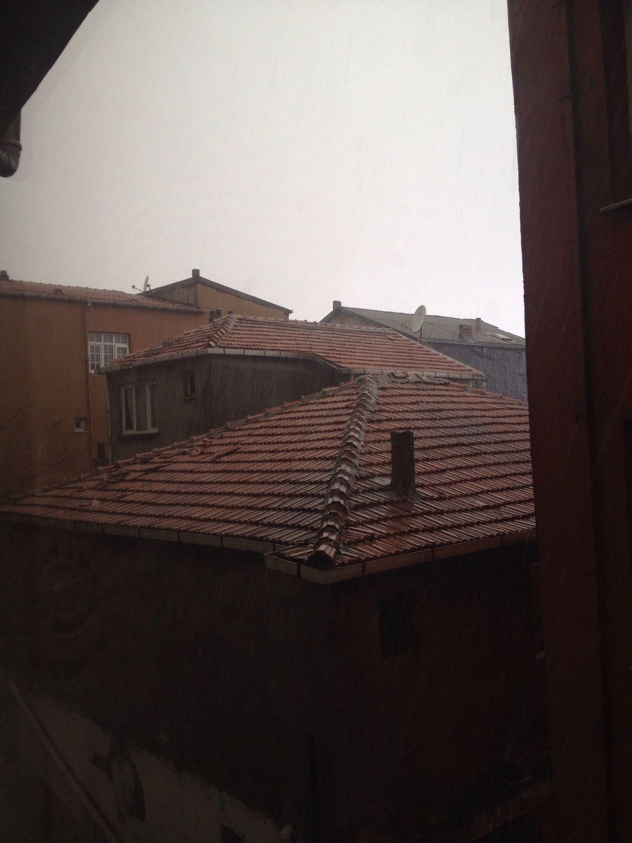 Çok güzel yağmur yağiyor şimşeler Gök gürlüyor süper bereket yağiyor mübarek