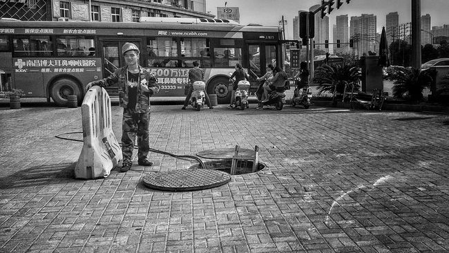 Streetphotography I Love My City Everybodystreet Black & White Street Workers Workers Faces Of EyeEm Everyday Lives Light Up Your Life Faces Of The World Light Up Your Life Workers Taking Photos