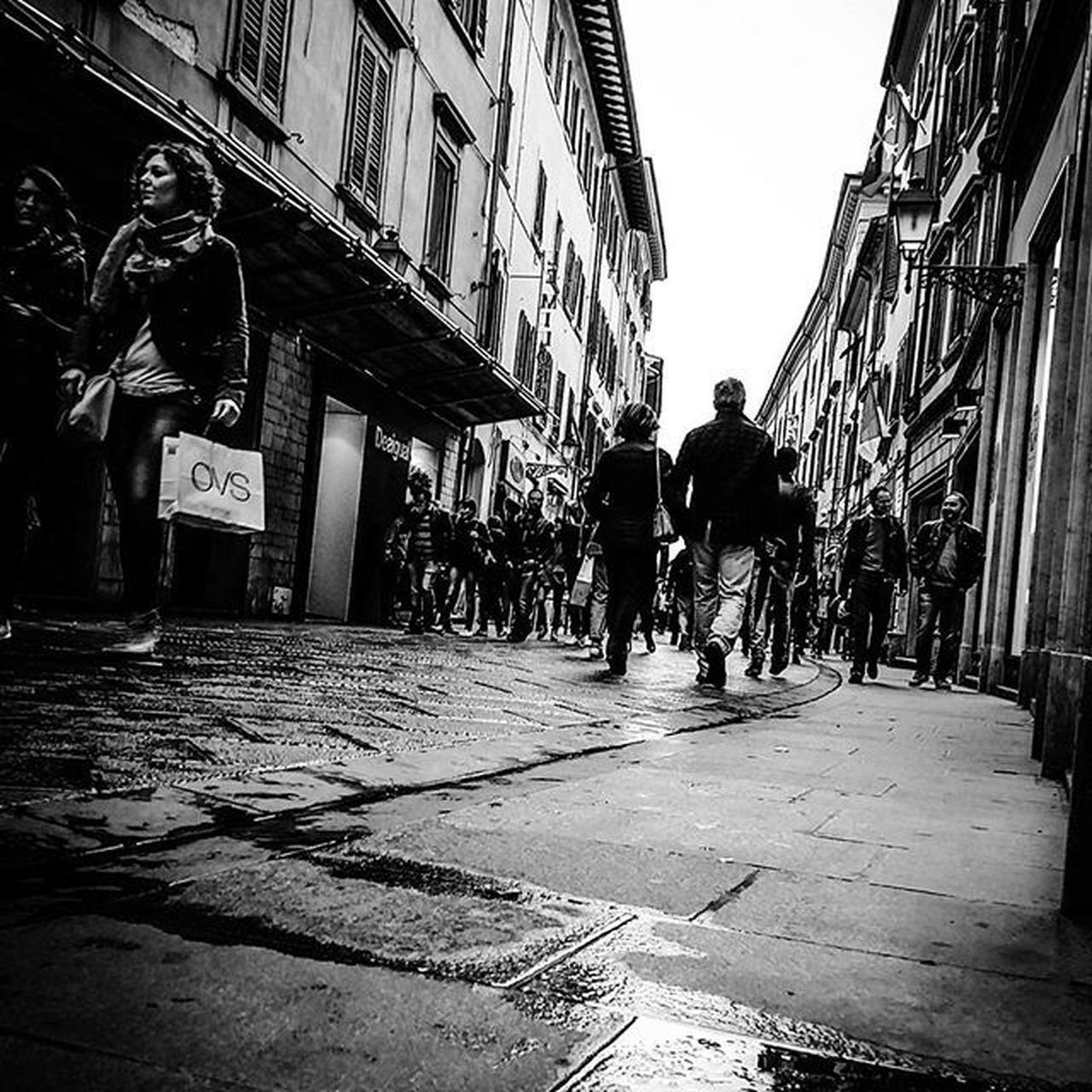 """""""Fotografare è trattenere il respiro quando tutte le nostre facoltà convergono per captare la realtà fugace: a questo punto l'immagine diventa una grande gioia fisica ed intellettuale."""" ●Henry Cartier Bresson● @AppLetstag Biancoenero Blackandwhite Bw Bnw Italy Italia Picoftheday Instagood Followme Photooftheday Bresson Streetphotography Best_streetview Bnw_life Street Photography Icapture_bw Bnw_of_our_world CaptureTheMoment Bnw_planet Pisa Toscana Tuscany Igerspisa Igerstoscana Firenze florence igersfirenze art street city"""