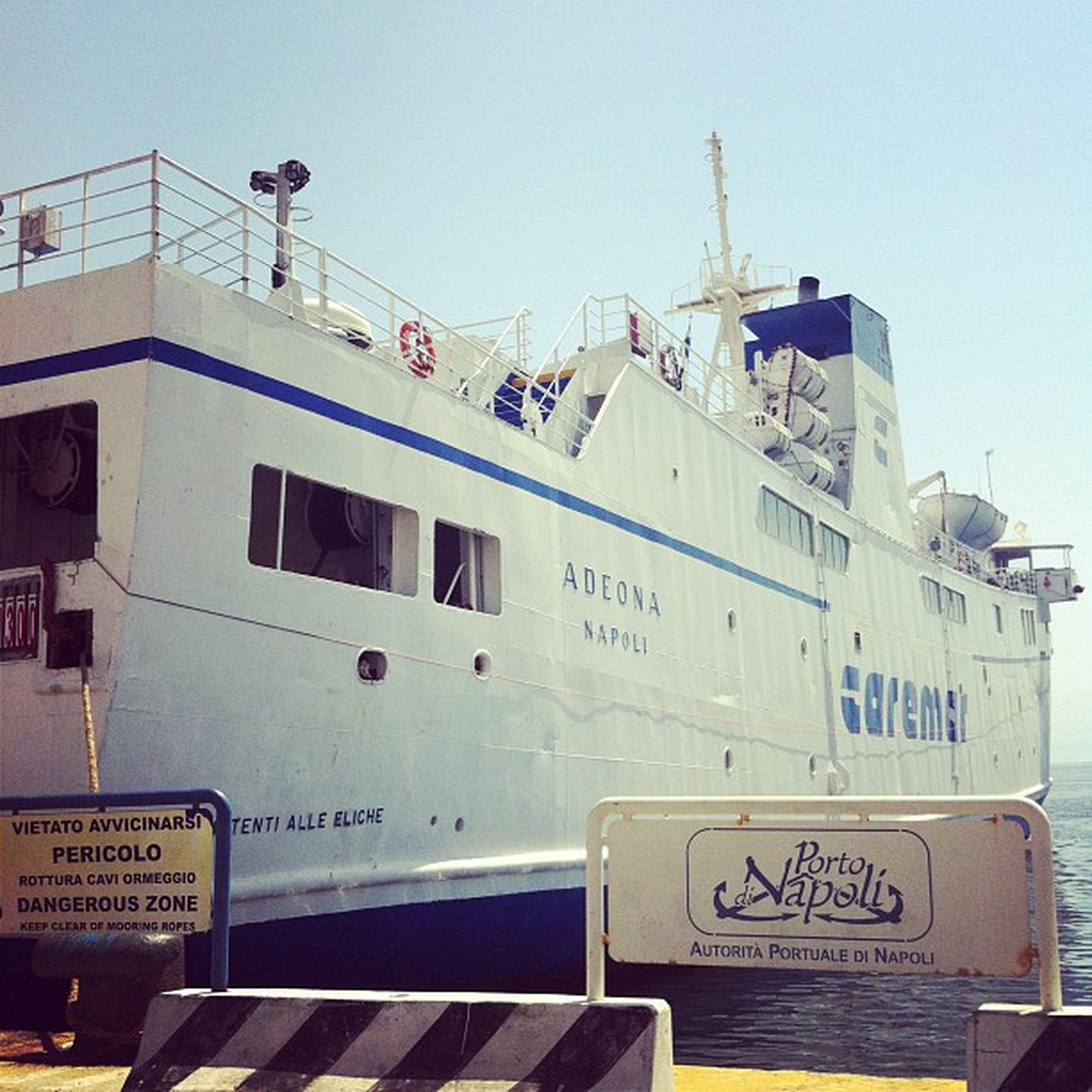 #porto #napoli #caremar #adeona #capri #isola #faehre Porto Napoli Capri Weiss Schiff Rost Farbe Mittelmeer Traghetto Isola Faehre Caremar Adeona