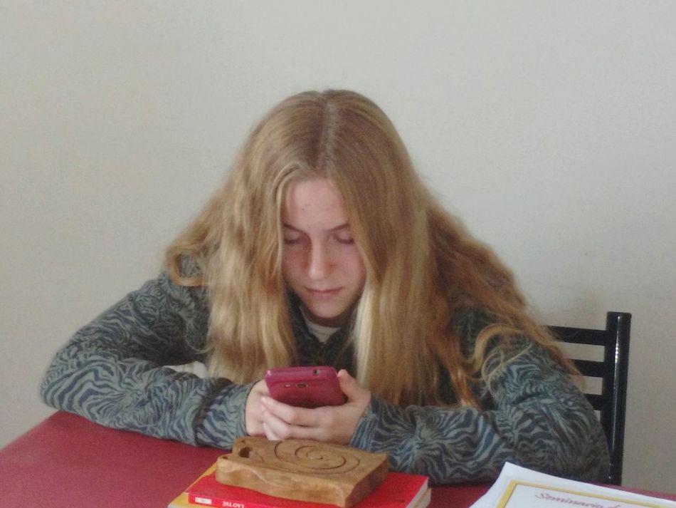 Teléfono Smartphone Cabello Pelo Rubia Nina Adolescente Concentration Concentración Hija Chica Mujer