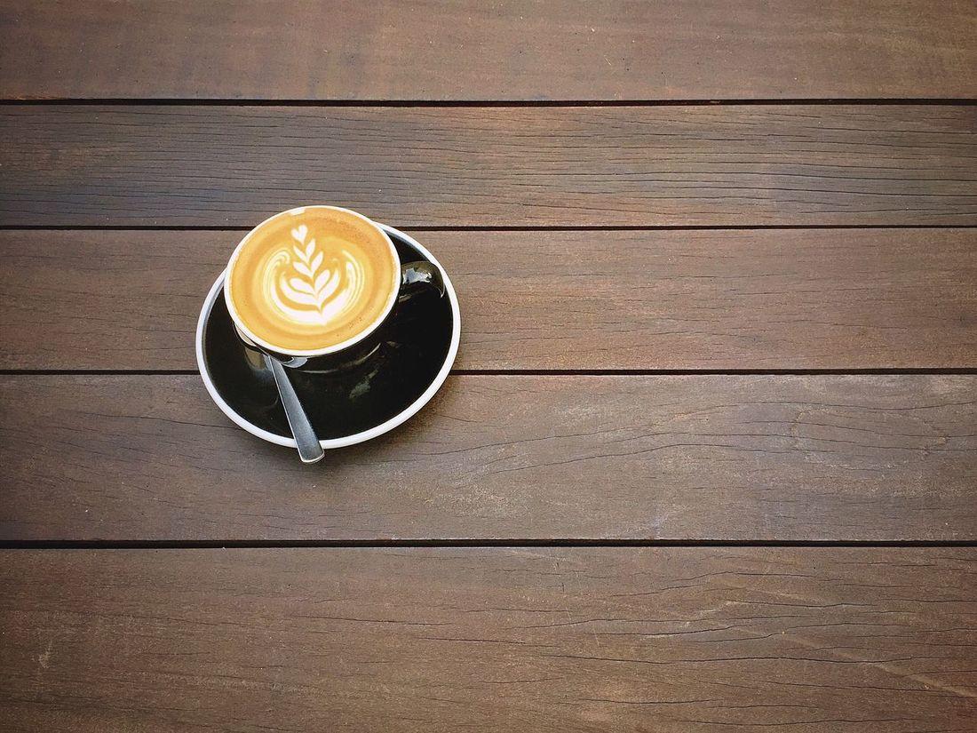 la vita è dolce 2 Coffee Flatwhite Latte Wood Table Texture Warm Overhead View