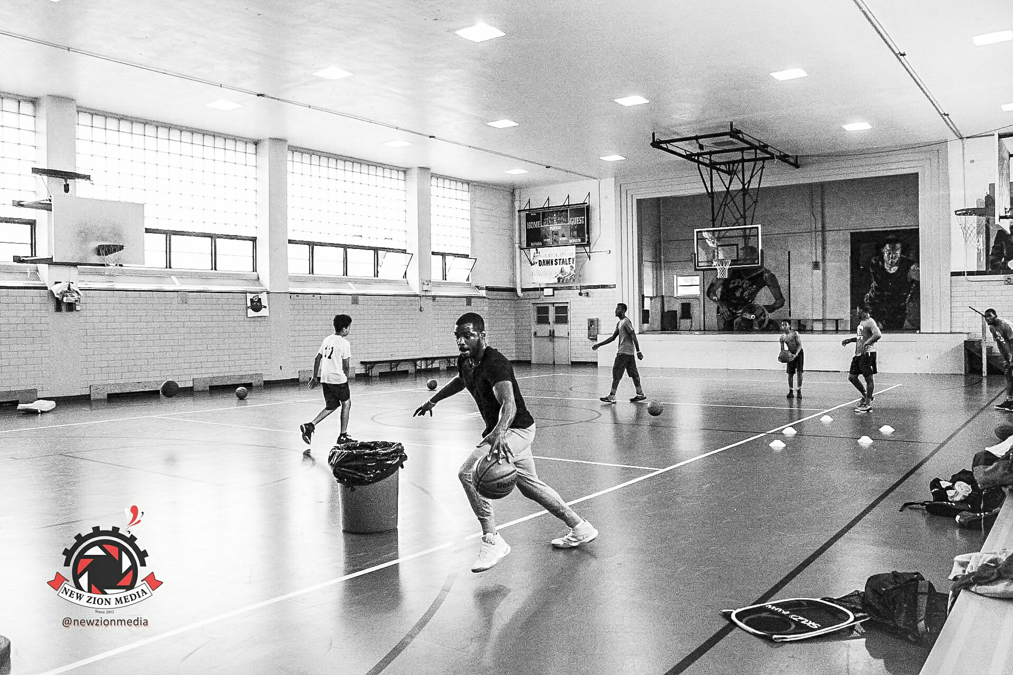 indoors, exercising, sport, gym, real people, lifestyles, group of people, full length, men, large group of people, sports clothing, basketball - sport, people, adult, day