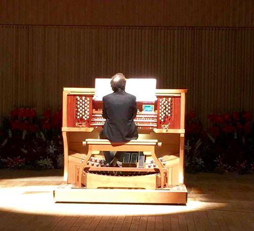 历经四年的安装,三个月的调音,终于迎来了她的首奏。中国唯一一部,也是最大的一部管风琴,由音乐家斯科拉罗·法布利茨(意大利)调试演奏。