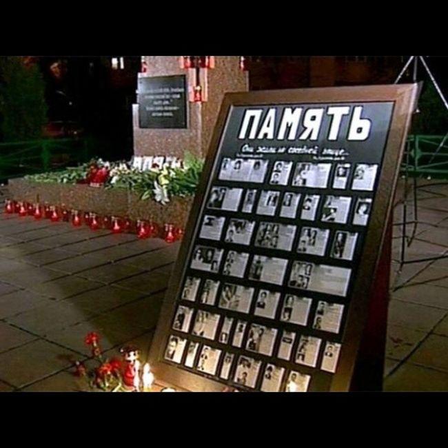 У памятной стеллы жертвам теракта на улице Гурьянова Гурьянова Теракт Теракт_на_Гурьянова памятник Мемориал память_жива