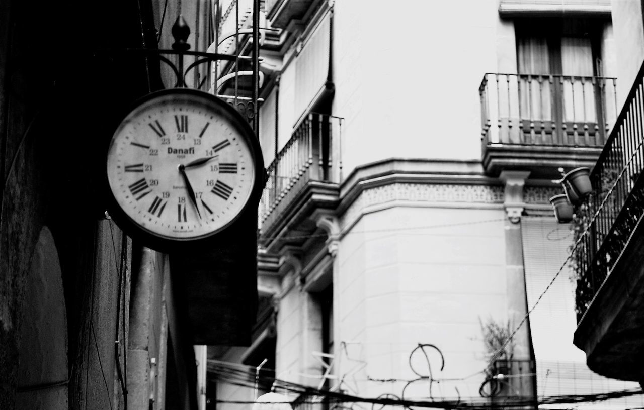 Building Exterior Clock Built Structure Architecture Low Angle View No People Outdoors Time Day Minute Hand Barcelona EyeEm Gallery Eyeemphotography Eye4photography  Blackandwhite Blackandwhite Photography Eye4black&white  EyeEm Bnw Blancoynegro