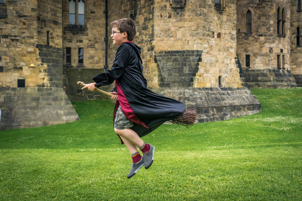 Beautiful stock photos of architektur, 8-9 Years, Alnwick Castle, Boys, Broom