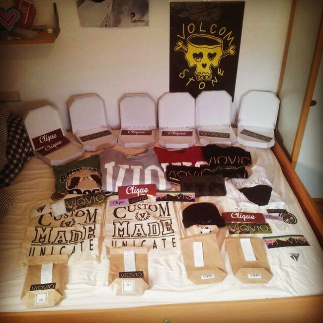 Endlich da! *-* Viovio Vioviogang Vioviofamily Clique supportyourlocaldogs crewneck sweater pizza jockin collegebag custommadeunicate stripangle sticker camo cro psaikodino classic beanie blackpanther vcrest mademyday springitback