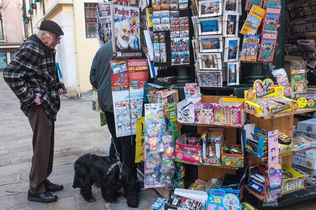 Venice (IT), 2017. Dog Italy Juxtaposition Kiosk Men People Streetphoto_color Streetphotography Venice
