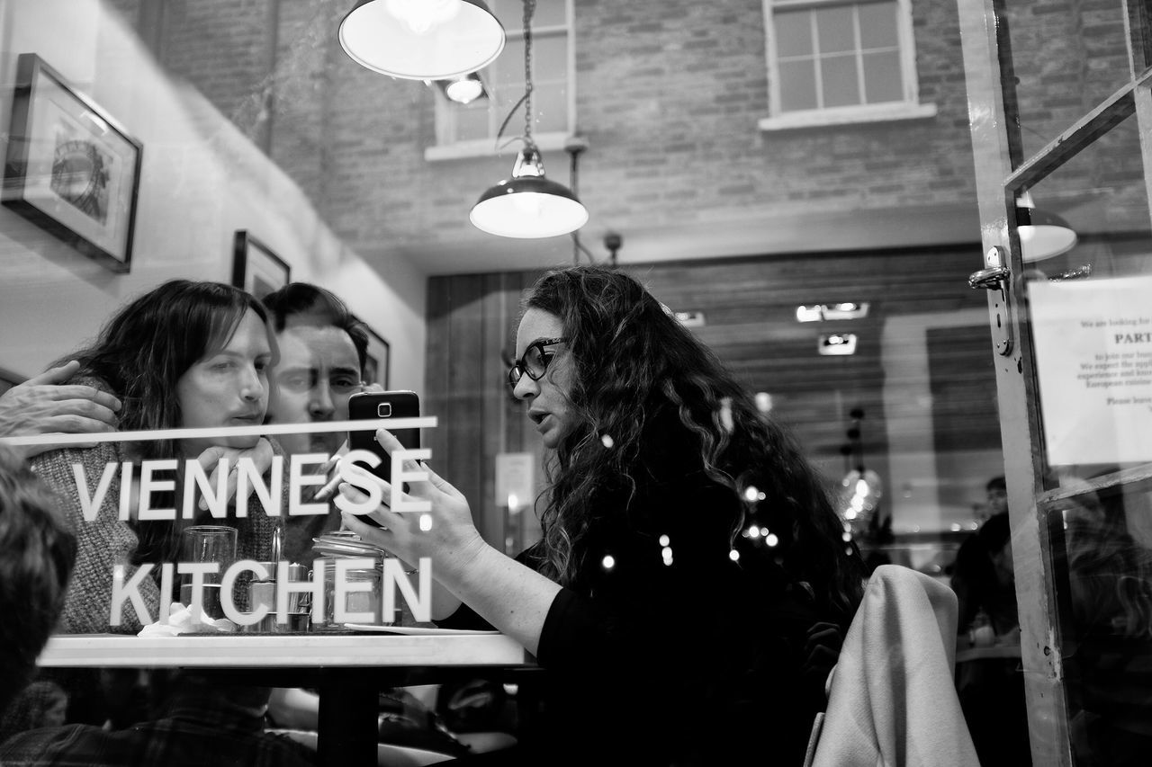 Kipferl Kipferl London Autumn Film Noir Streetphoto_bw Streetphotography Capture The Moment Up Close Street Photography Black & White LONDON❤