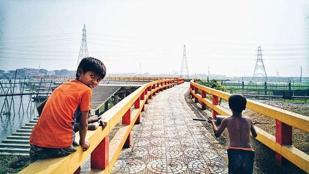 Kids flying kites LGG4 Streetetiquettedhaka Photographersofbangladesh Naturalbangladesh Voicesofbangla Everydaydhaka Vscocam VSCO Vscohub Vscomania BeautifulBANGLADESH Everydayasia