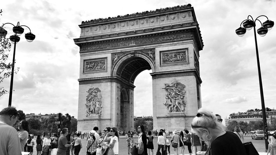 A wonderful trip to Paris ! This is l'Arc De Triomphe; one of the most important French monuments Hanging Out France Tourists Arc De Triomphe Paris, France  Paris Monuments Amazing Architecture Traveling Blackandwhite