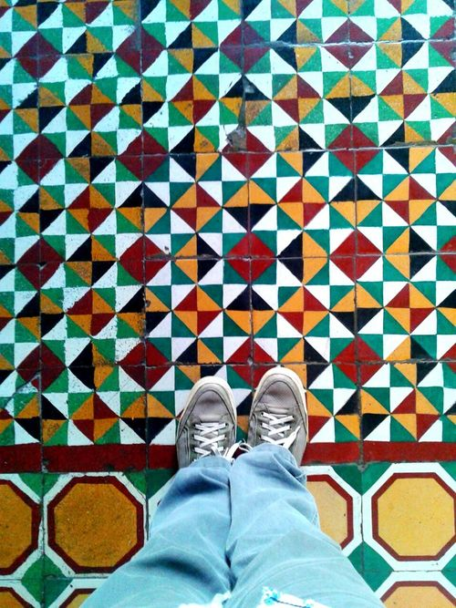 Cerámicas colombianas... Floral Pattern Ceramic Tiles Hidràulic Flooring Pisohidraulico Ladrilhos Ondepiso Architecture And Art Decoration Mosaic Floor Cartagena/Colombia Colombia Mosaic Tiles Multi Colored Human Foot Ceramic Azulejo Ladrillos Azulejos Tiles Floor Tiled Floor Design Pisos Pattern
