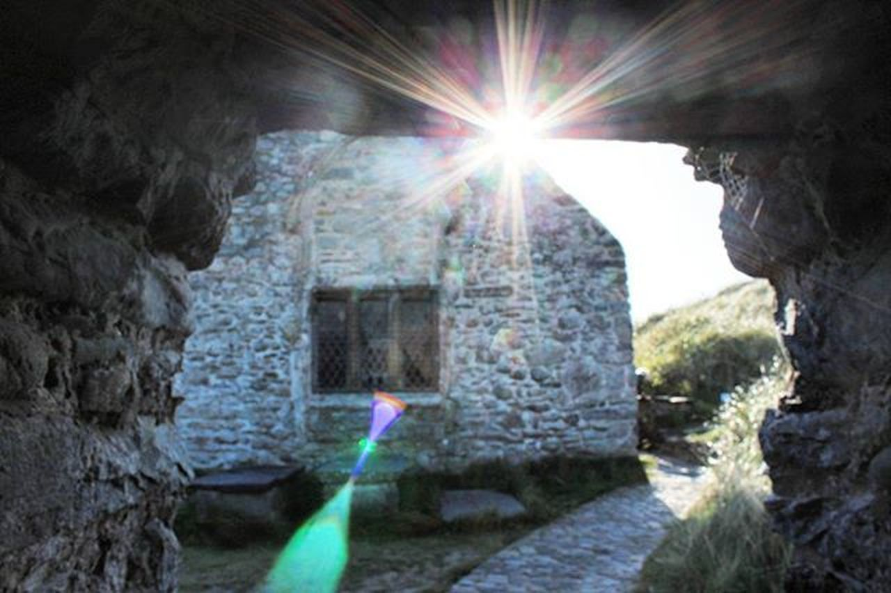 sunbeam, built structure, sunlight, architecture, light beam, day, outdoors, building exterior, no people, refraction