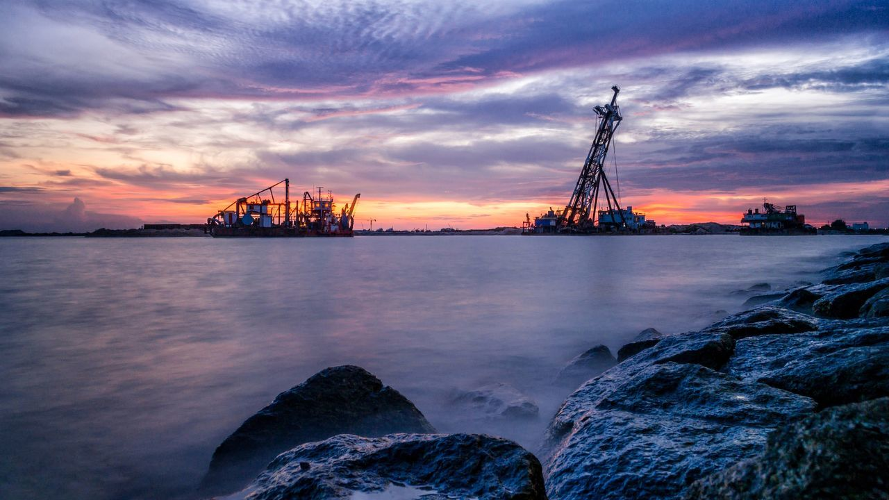 Business Finance And Industry Industry Sunset Fuel And Power Generation Oil Industry Cloud - Sky Technology Outdoors Steel Sky Sea No People Day Manufacturing Equipment Gas Offshore Platform Beauty In Nature Drilling Rig Oil Pump Sunset 1malaysia Masjid Selat Melaka Malacca Straits Mosque Melaka , Malaysia