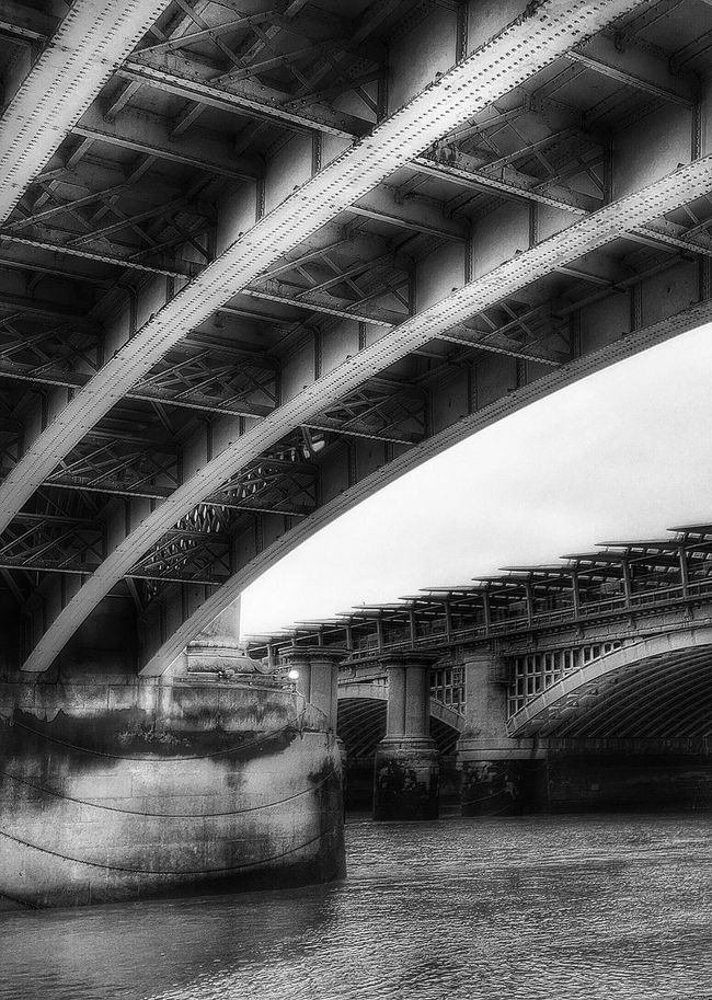 Thames+bridges=London Found On The Roll London Bridge River Thames Blackandwhite Building Connection Water The Architect - 2016 EyeEm Awards Architecture Low Angle View Southbank Bank City Travel Destinations Engeneering Outdoors Sky Clouds Diminishing Perspective Day Architectural Column