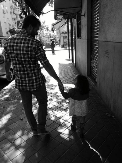 Unclelove Outdoors Walking Family Time Love Madrid España🇪🇸 Happy Day Miradas De La Mano Feelings Black And White Ternura Especial Moment People And Places Connection Streetphotography Street Walk