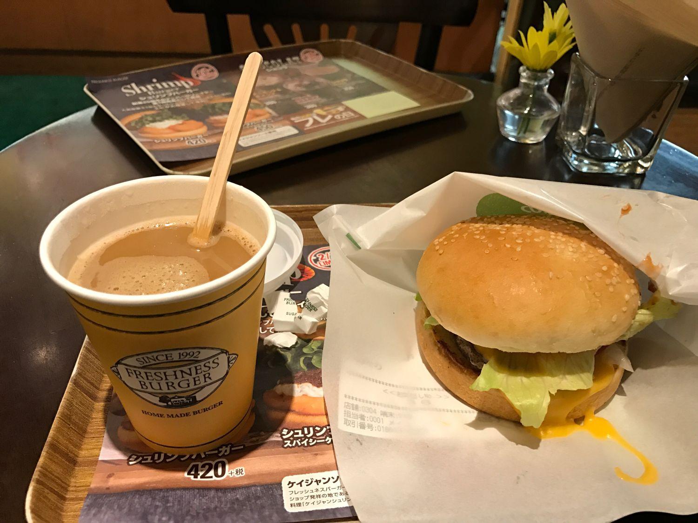 ブレンドコーヒーとチーズバーガー