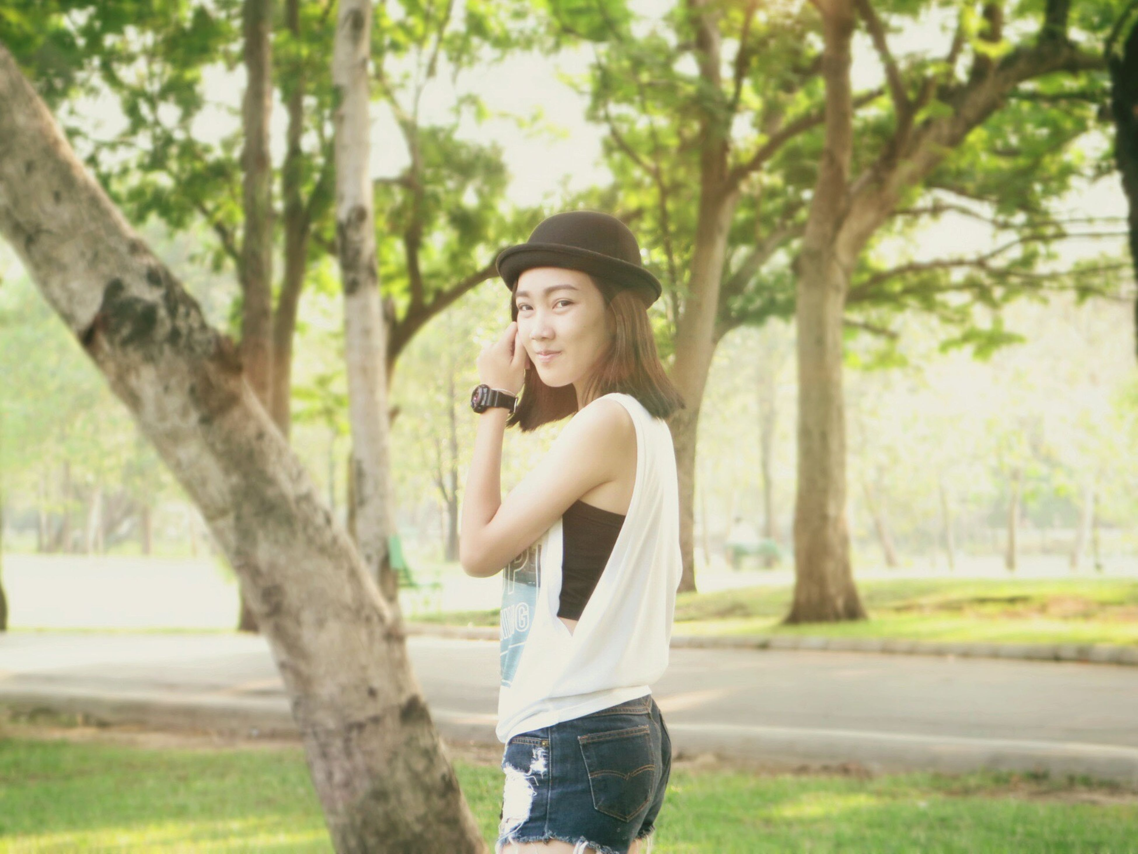 young adult, person, tree, looking at camera, portrait, young women, lifestyles, casual clothing, front view, smiling, leisure activity, focus on foreground, happiness, standing, long hair, three quarter length, tree trunk